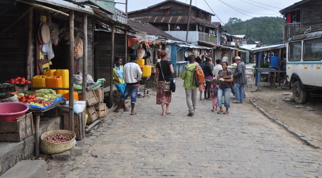 Volunteers strolling through the street markets learning more about Malagasy culture and the people that stay there